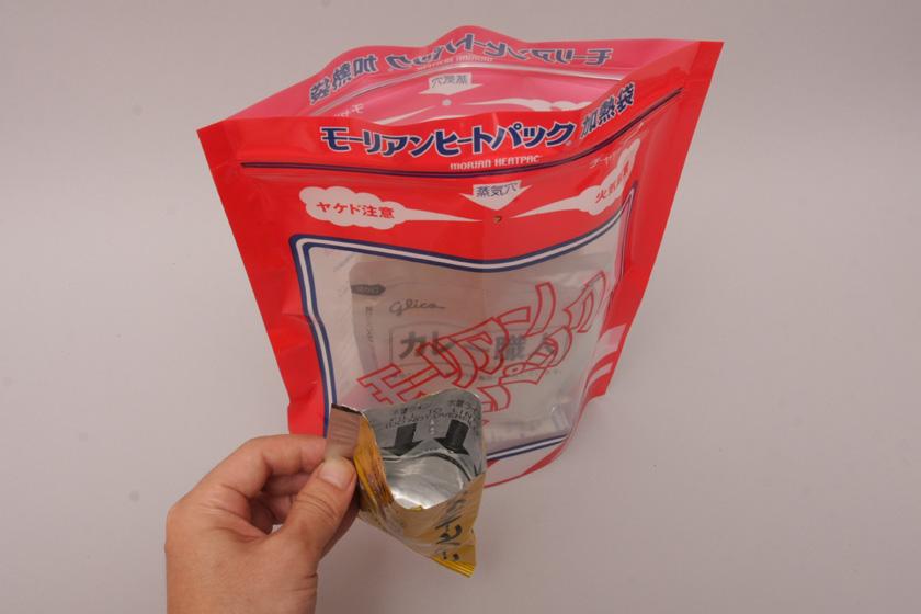 水を注ぐ。発熱剤の袋がそのまま水の計量カップになっているため便利