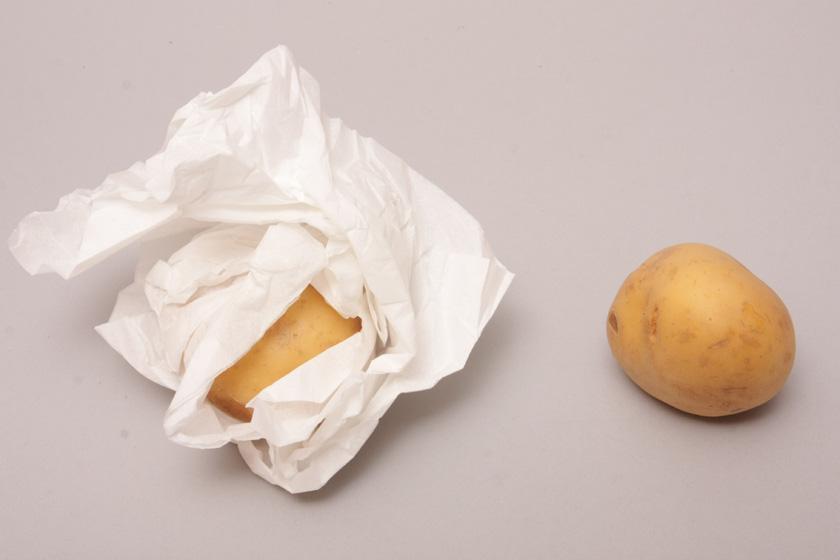 ふかしイモの調理にチャレンジ。ジャガイモをティッシュでくるむ