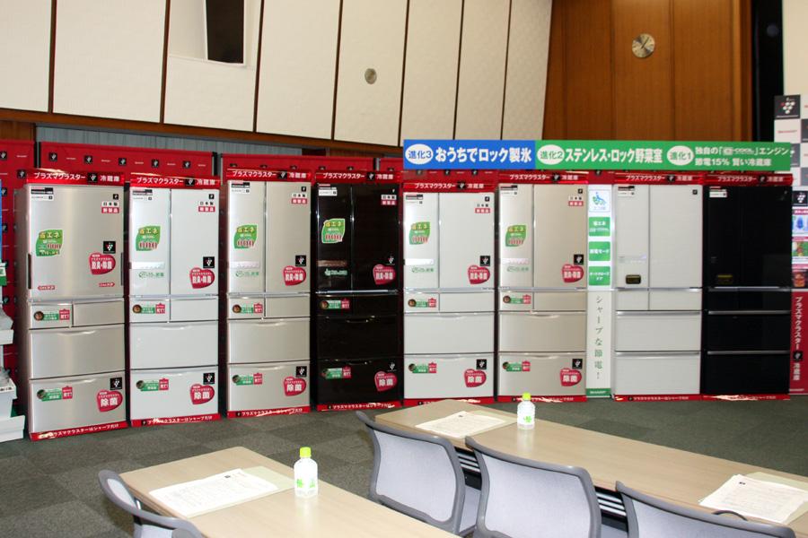 全7機種が発売される。右からSJ-GF60W、SJ-XF60W、SJ-XF56W、SJ-XF52W、J-XF47W、SJ-XF44W、SJ-XW44W