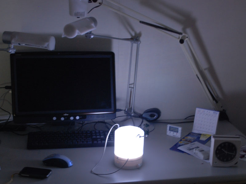 机の上に置いてみた。カレンダーや温度計の液晶は充分に見える