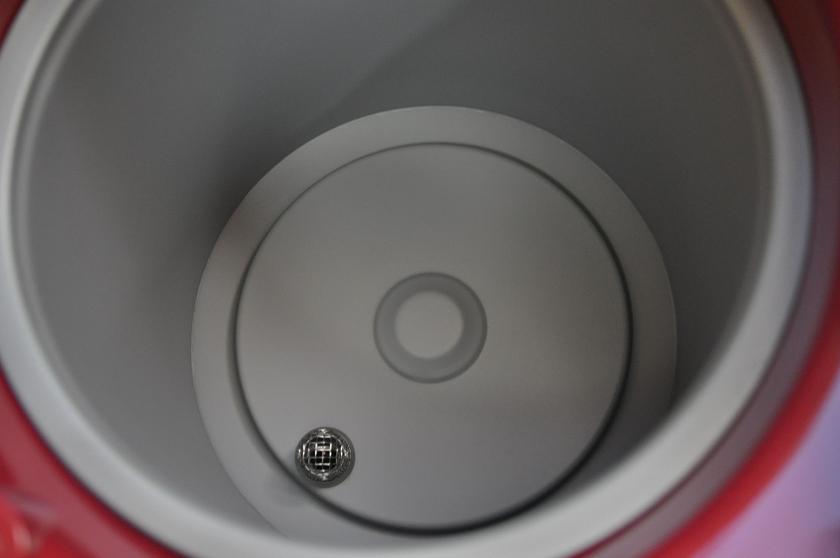 底の穴への異物混入を防ぐため、メッシュフィルターが付いている