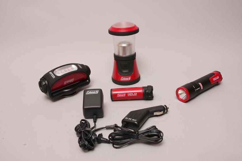 ミニランタンとテント内を照らすテントライト、懐中電灯。いずれも乾電池で使えるが、オプションとして別売の充電式カートリッジも用意されている