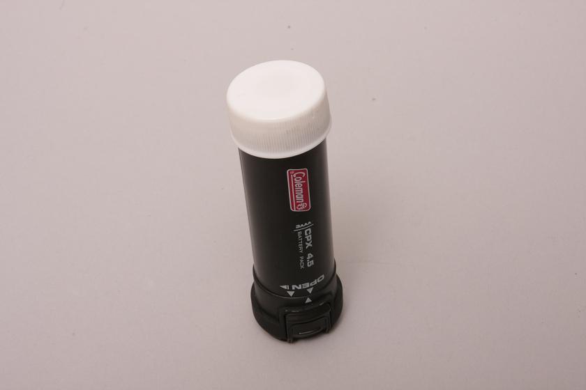 ペットボトルのキャップを被せる。端子の周りがゴム製になっているので、ピッタリはまりズレない。我ながらナイスアイディア!