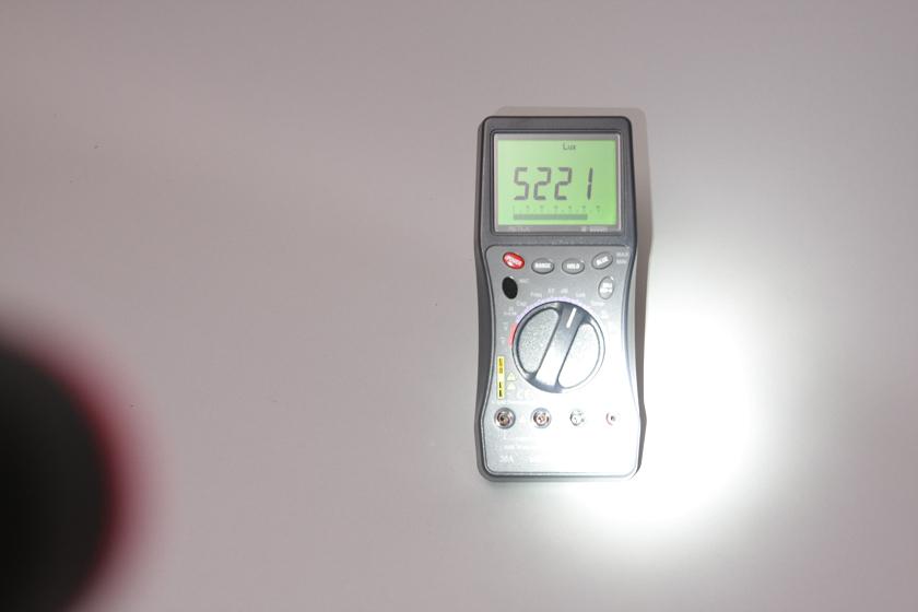 左側の影がフラッシュライト。測定器との距離は1mなので、直視できないほど眩しい光を放つ