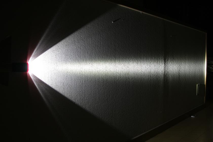 光りはかなり絞り込まれビーム状になっている
