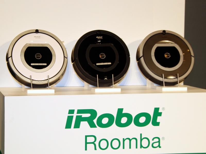 10月7日より日本で発売される「ロボット掃除機アイロボット ルンバ700シリーズ」左からエントリーモデル760、スタンダードモデル770、ハイエンドモデル780