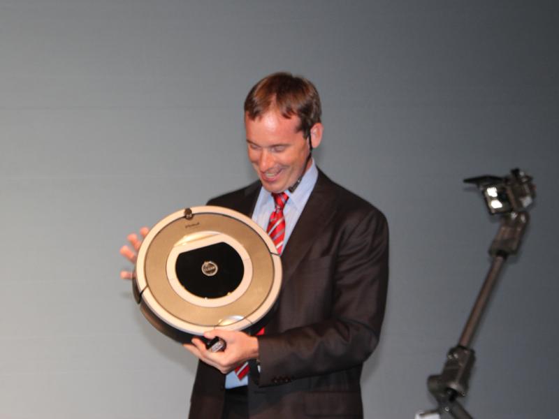 コリン・アングル氏自らがルンバを手にとってプレゼンテーションを行なった