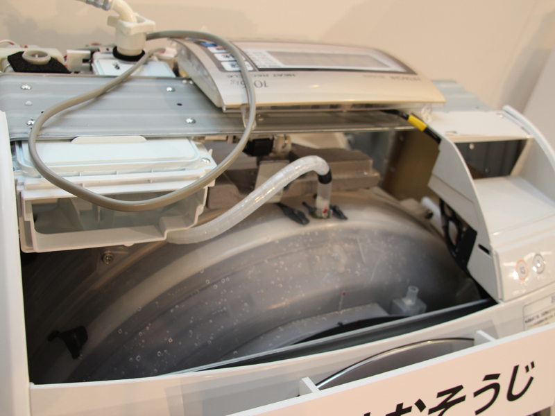 ドラム槽の上からシャワーを注ぎこみ、ドラムを高速回転させることで、ドラム槽の外側などを掃除する