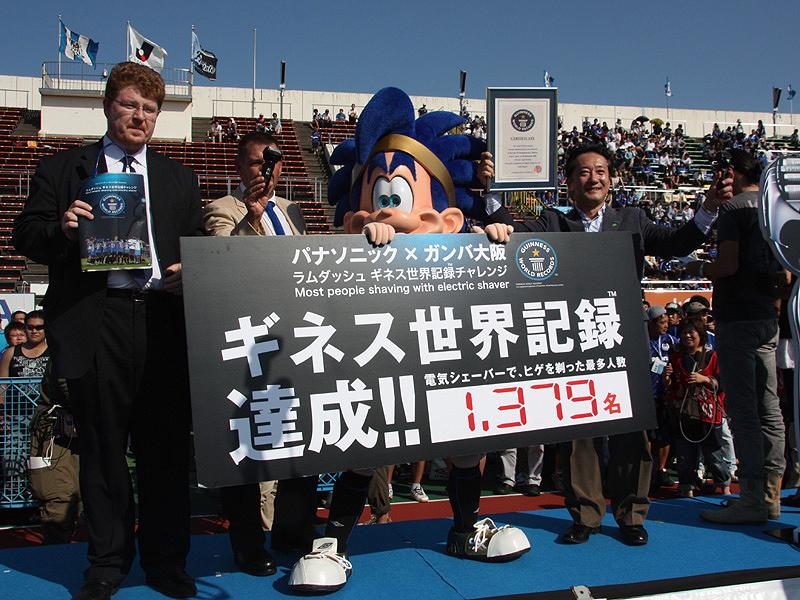 2009年に実施された、ギネス世界記録チャレンジのようす。万博記念競技場だけで1,379人を達成した