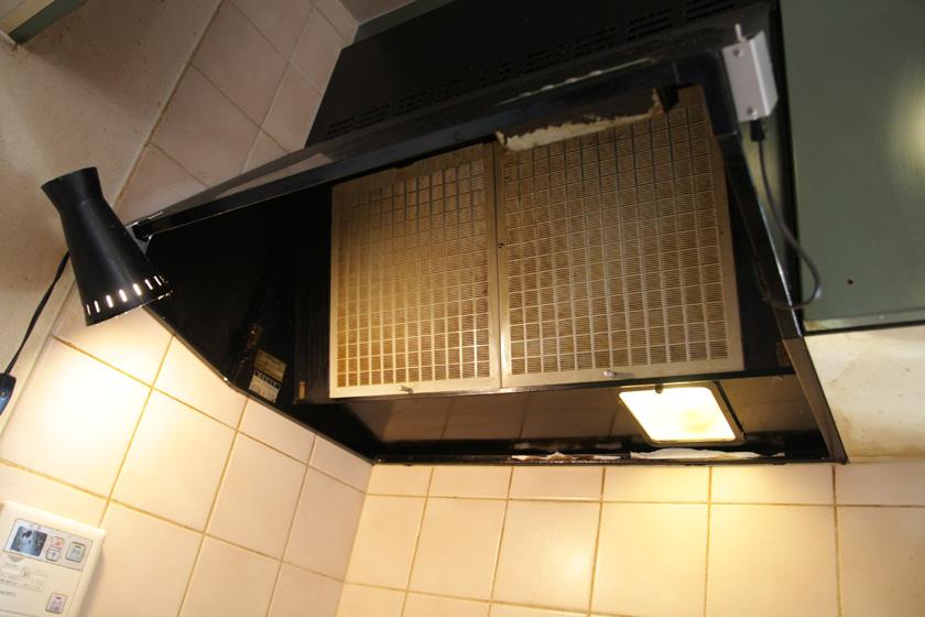 換気扇のファンを取り出すために、フィルターを取り外す。実はもともと黒いフィルターだったが、洗剤で洗った際に白くなってしまった