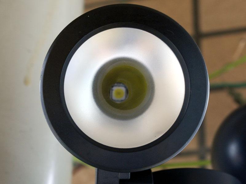 LED部分をアップにしてみると、奥にチップが見える