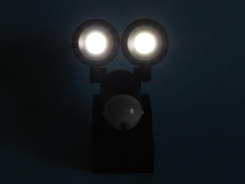 乾電池をセットし、周囲を暗くしてLEDを点灯してみた。思ったほどまぶしくない