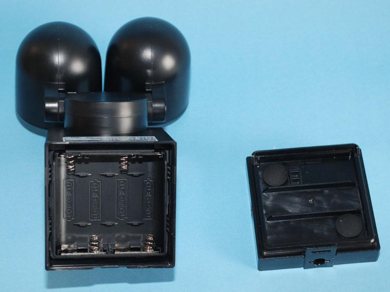 本体のツメをマイナスドライバーなどでつつくと、電池ケース部分が開く