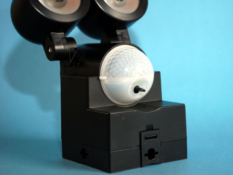 白い半球がセンサー。そこから生えている黒いツマミが明るさの調整用。さらに下のツメが電池ボックスのふたを止めている
