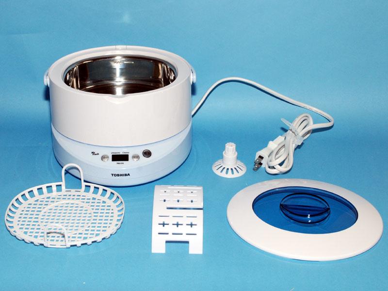 本体のほかに、洗浄カゴやCD/DVD用のスタンド、アクセサリーホルダーが付属する