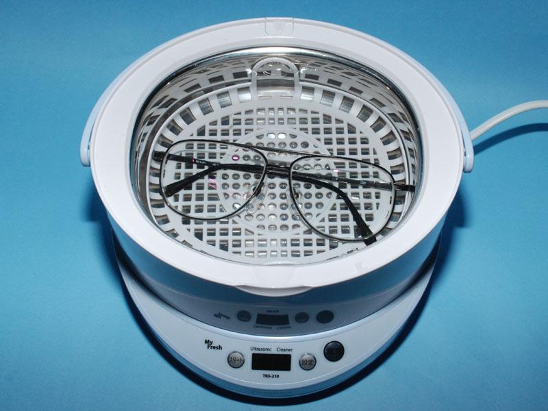 洗浄槽が大きいので男性用の大ぶりなメガネも洗える