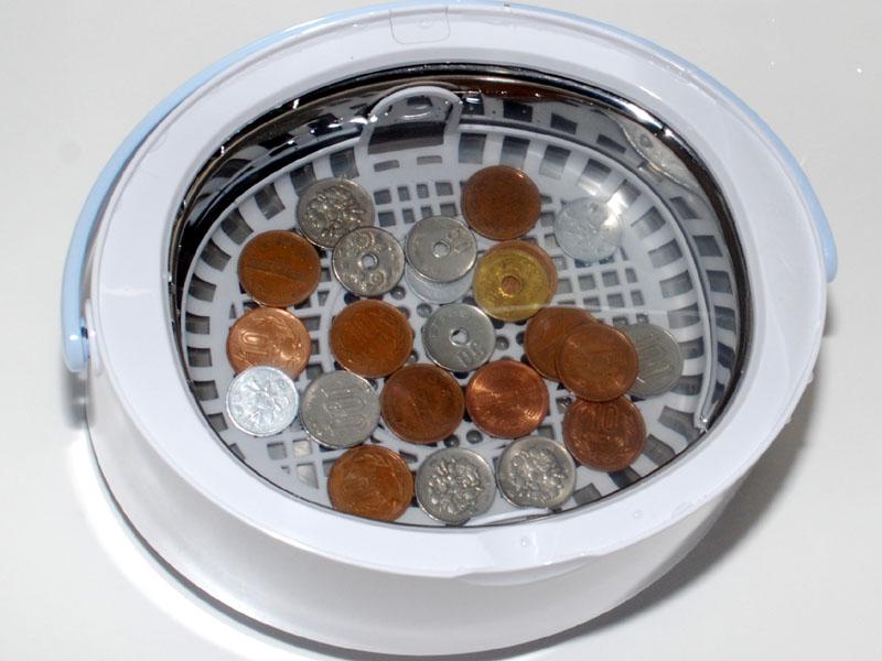 5分間洗ったあとの硬貨。10円玉や5円玉を見ると洗浄効果に限界があるのがわかる