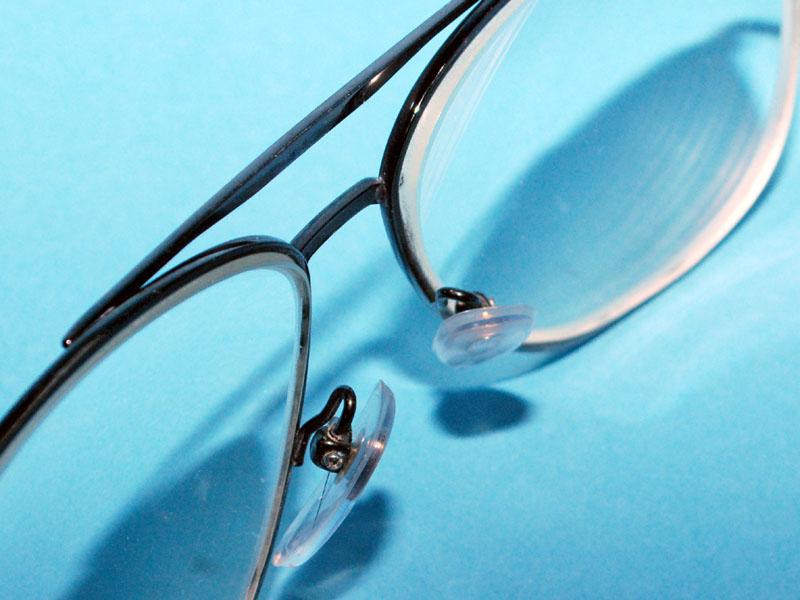 洗浄後のメガネ。細かい部分がきれいになるのは超音波洗浄器の利点だ