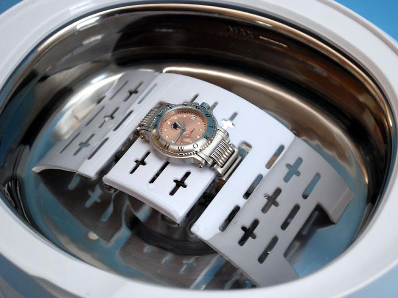 腕時計本体を洗うと問題が出ることがあるため、濡らさずに金属ベルトだけ洗えるアクセサリーホルダーが付属する