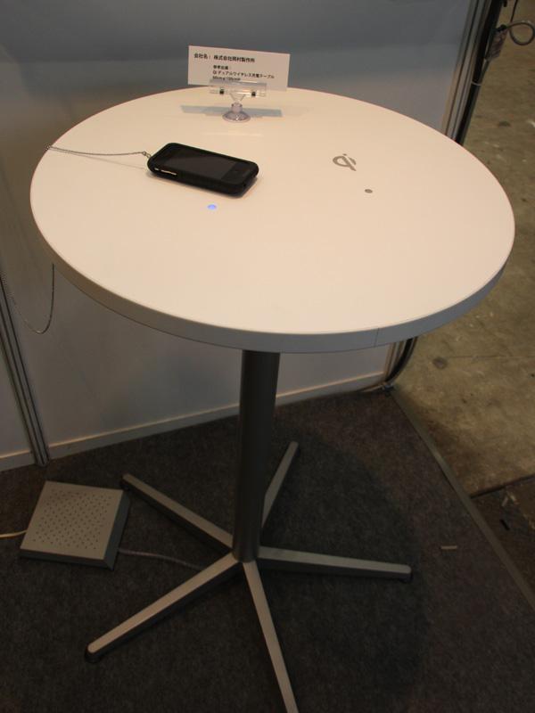 岡村製作所の「Qiデュアルワイヤレス充電テーブル」。こちらも置くだけで充電できるテーブルだが、電源コードから電気を供給する