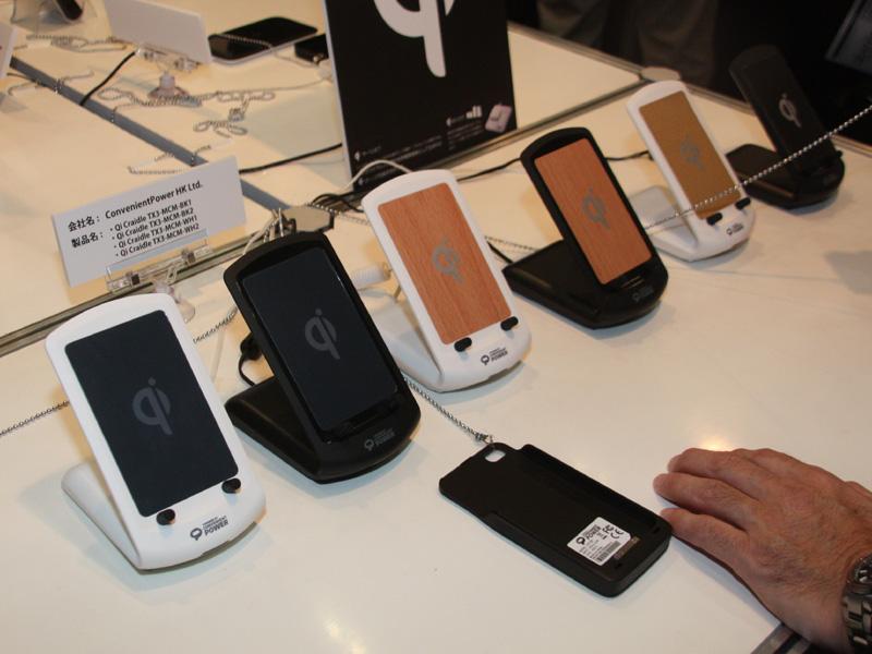 香港のConvenient Power社は、クレードルのようなスタンド形の充電パッドを公開した