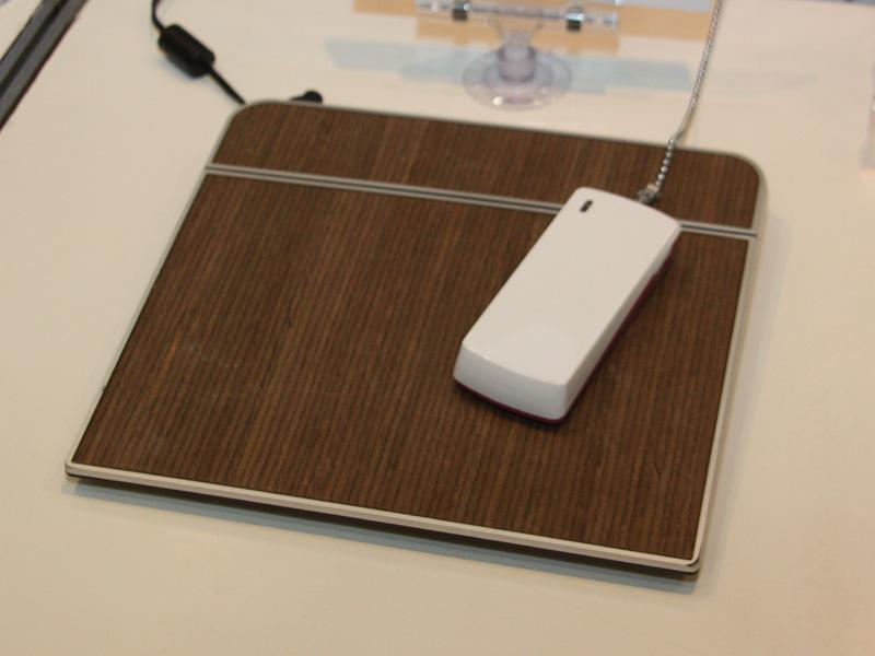 米Bothhand Enterpriseの充電パッドは、まるでインテリアのような木目調だ。これもQi規格に対応している