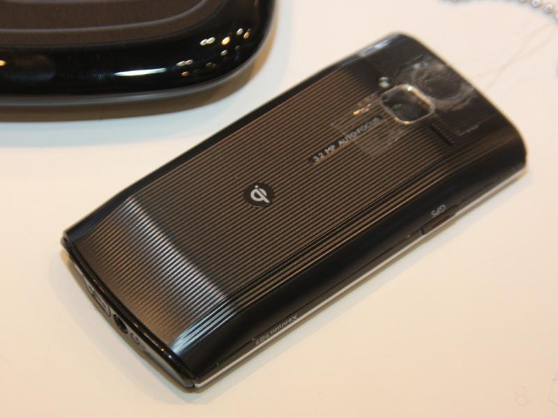 Qi規格に対応している携帯電話なら、対応した充電パッドに載せるだけですぐに充電できる