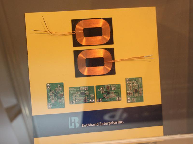 Qi規格の製品に搭載されているコイル。コイルを使うことで無接点充電ができる