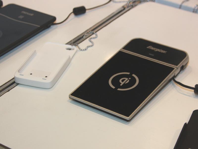 iPhoneなど、Qi規格に対応していない機器を充電するには、写真左のようなカバーを装着する必要がある