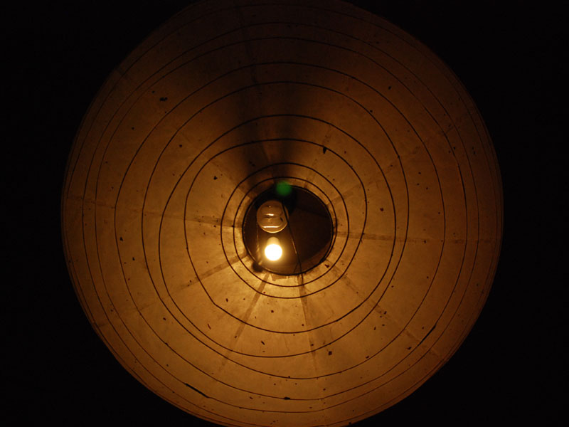 照明器具の下からみるとじかに見える