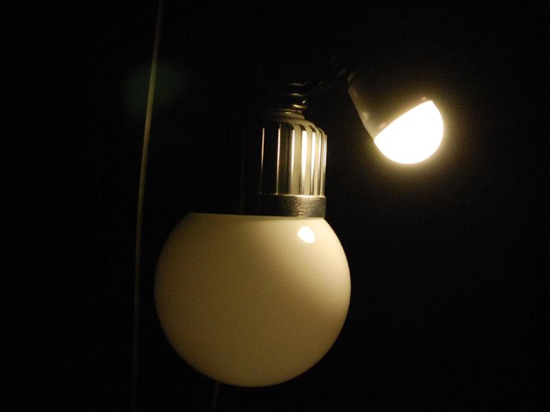LED小丸電球が発光するのは先端の半分ぐらいの部分だ。左はE26口金のLED電球