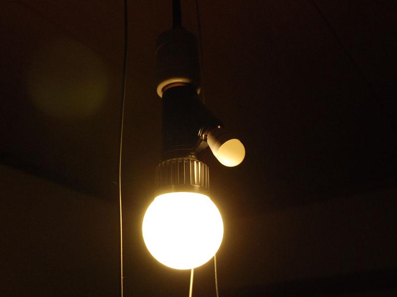 E26ソケットにヒモスイッチ付きのアダプタを噛ませて、常夜灯も使えるようにしている