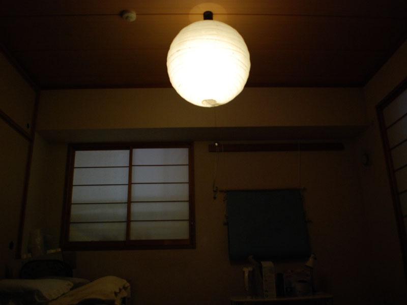 常夜灯を点灯した部屋を肉眼で見ると、これぐらいの明るさに感じる。照明器具全体が光って見えるのは撮影の都合で長時間露出しているため