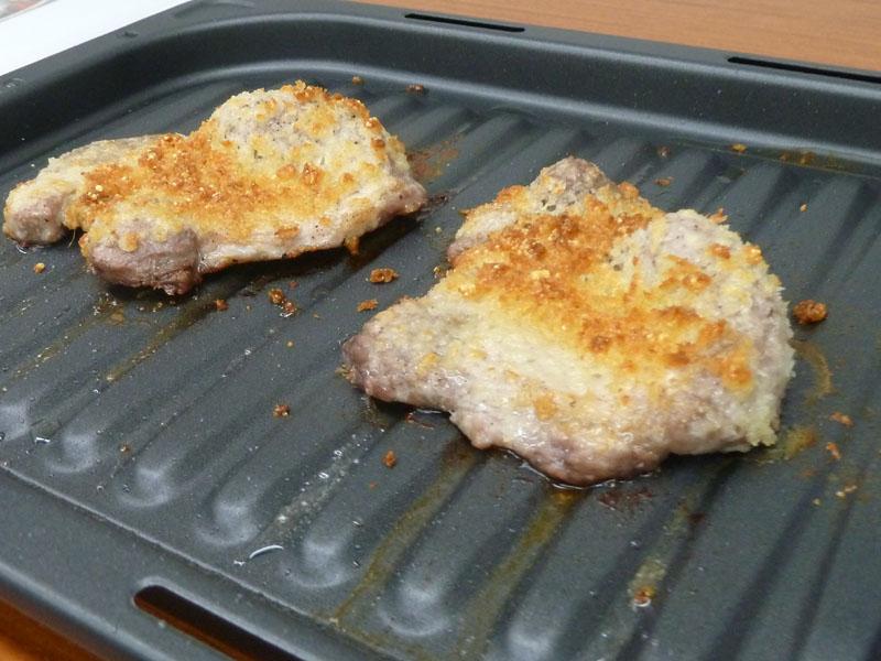 新開発の発熱体を搭載し、スピーディに立ちあがる「大火力ビストログリル皿」で調理したチーズカツレツ。発熱量が約50%とアップし、軽量化も図っている