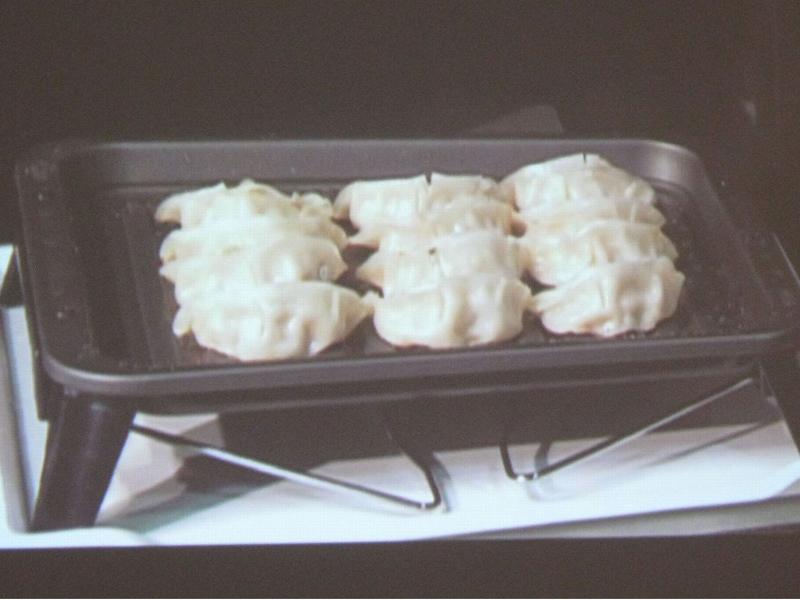 2010年モデルで一躍注目を浴びた「焼き蒸し調理」での餃子の調理。皮に焦げ目をつけつつ、中はジューシー。並べ方次第で20個程度の餃子を焼くことも可能だ