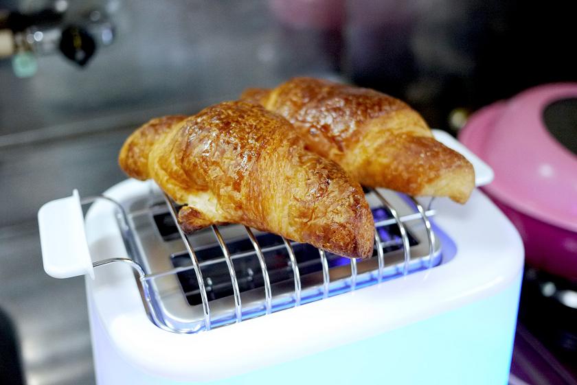温めたいパンを載せる。ロールパンやクロワッサンなら、1度に温められるのは2~3個程度
