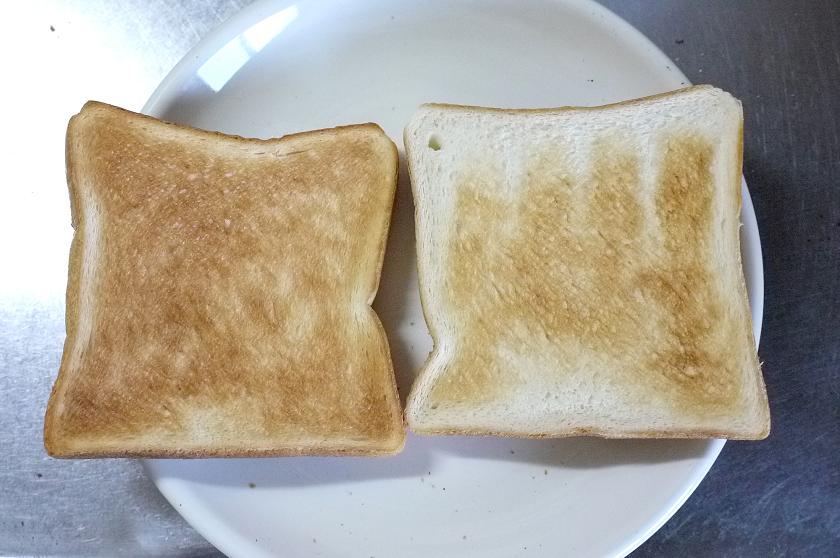 左はオーブントースター、右は「トースト アンド ライト」の焼き色「5」