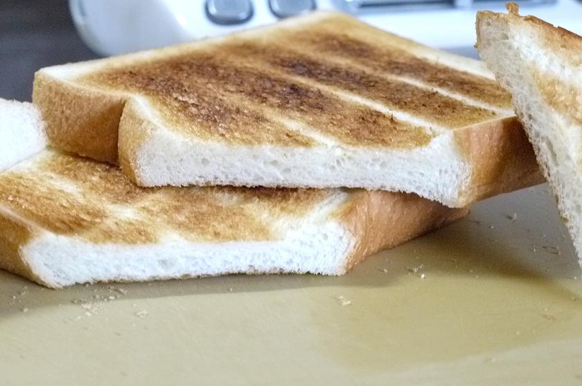 上が「トースト アンド ライト」、下がオーブントースターで焼いたパンの切り口