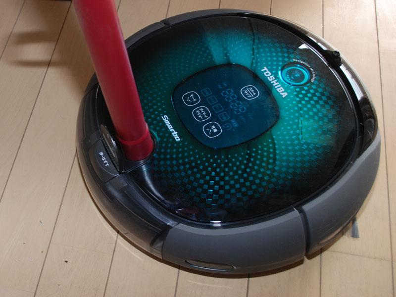 掃除機を使ってゴミを吸い出す「簡単ゴミすて」機能。ダストボックスに触る回数が減らせる