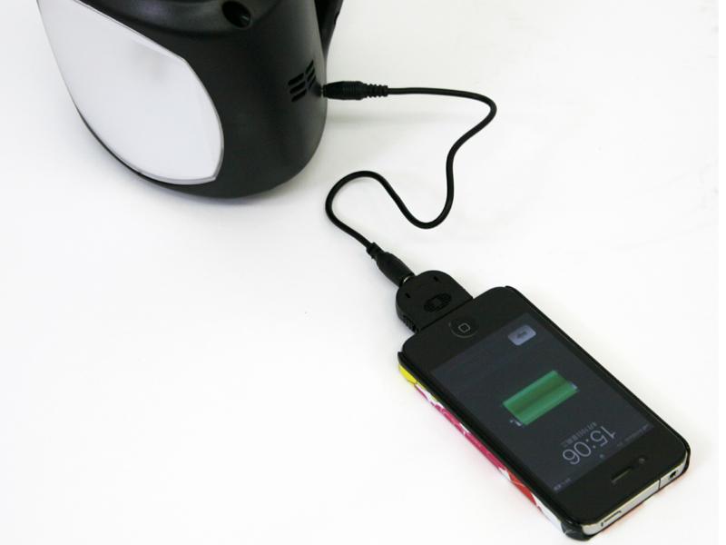携帯電話の充電にも対応する