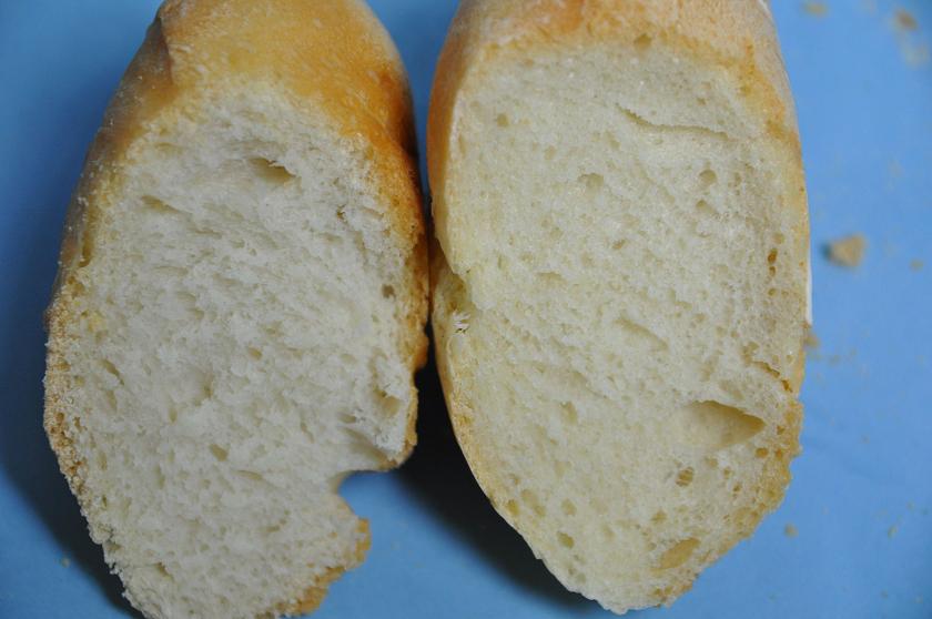 左が強力粉+薄力粉で焼いたパン。生地の詰まった感じはよく似ている