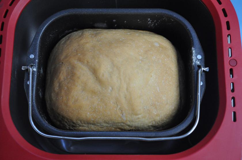 ソフト食パン。パンケースからはみ出すほど膨らんでいる