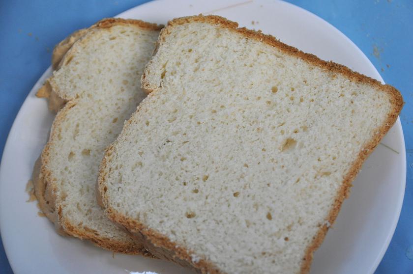 クセのない食パン。皮は固めだ