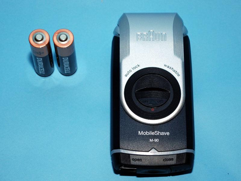 本体と乾電池、それに取扱説明書が入っているだけのシンプルさ