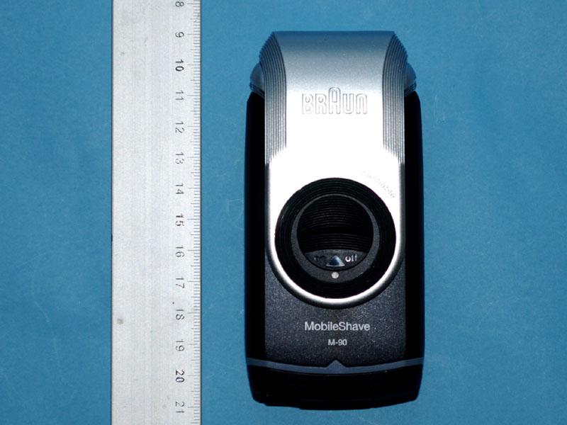 本体の長さは約12cmあり、乾電池式シェーバーとしてはかなり大きい