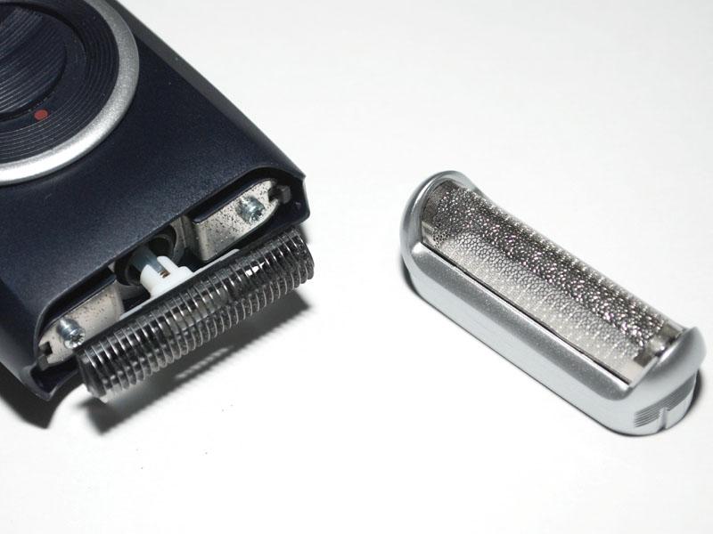 外刃は簡単に外れる。内刃はシンプルなシングル刃だ