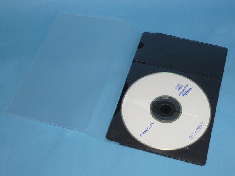 付属のディスクケース。なにかのときに使ってほしい写真や音楽、DVDによるメッセージなどを入れて、ノートのカバーの見返しに入れておく。個人事業主ならは、数年分の確定申告データをCDに焼いていれておくと良いと思う。個人事業主の場合、そういうデータのありかは、本人以外にはわからなくなるものなのだ