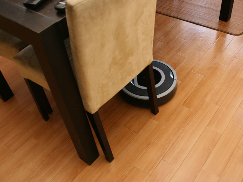 ルンバはとにかく、1か所をしつこく掃除するという印象。椅子の脚周りだけでも10分くらいかけて掃除していた