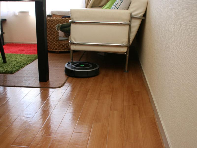 ソファーの下にもすいすい入っていくのはロボット掃除機ならでは