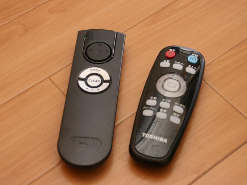 付属のリモコン。左からルンバ、スマーボ。スマーボの方が圧倒的にボタンが多い